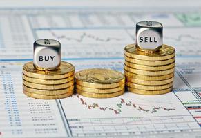 tabla financiera, monedas y cubos de dados foto