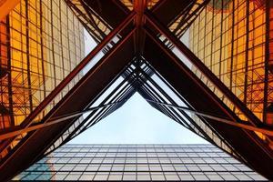 vista en perspectiva de rascacielos de cristal moderno foto