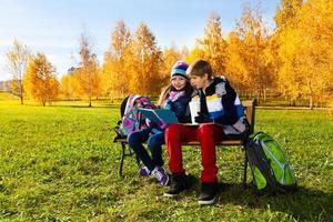 pareja niños después de la escuela