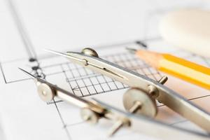 diagramas y herramientas de dibujo sobre la mesa