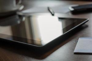 trabajo empresarial en casa con tableta y teléfono inteligente