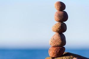 equilibrio de piedras redondas foto