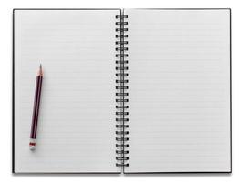 cuaderno espiral blanco y lápiz aislado