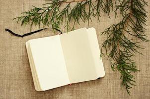 cuaderno y ramas de enebro foto