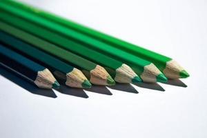 lápices de color de tono verde foto