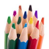 veel verschillende kleurpotloden op witte achtergrond
