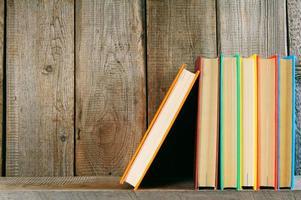 Libros en un estante de madera.