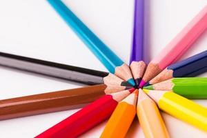 Muchos lápices de colores diferentes sobre fondo blanco.