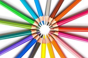 Círculo de lápices de madera coloridos aislado sobre fondo blanco.