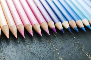 lápices de colores sobre un fondo negro foto