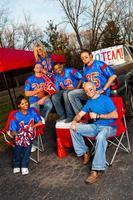 Grupo de fanáticos del fútbol felices en camisas azules y rojas foto