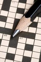 crucigrama y lápiz foto