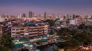 Una vista aérea de la ciudad de Bangkok en el crepúsculo foto