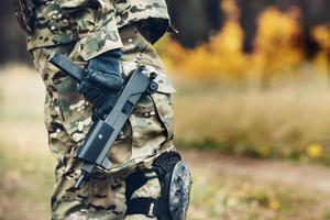 soldado con rifle en el bosque foto