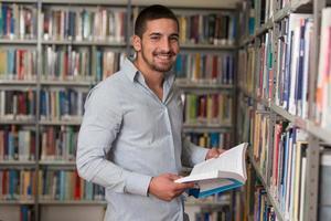 estudiante universitario masculino en una biblioteca foto