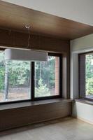 interior da sala vazia com janelas