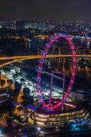 Gran rueda de la fortuna en el horizonte de la ciudad moderna, Singapur