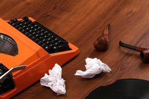 a máquina de escrever vintage laranja na madeira