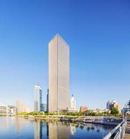 edifícios modernos na cidade urbana na margem do rio