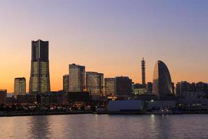 Área de Minatomirai 21 en el crepúsculo en Yokohama, Japón