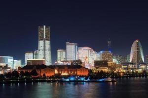 Área de Minatomirai 21 en la noche en Yokohama, Japón