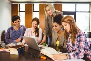 professor onderwijsgroep studenten in bibliotheek