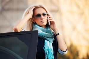 mode zakenvrouw bellen op de telefoon door haar auto