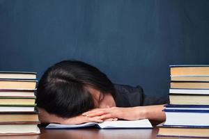 mujer cansada en biblioteca