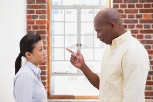 colegas de negócios casuais tendo uma discussão