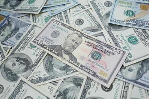 billetes de 100 y 50 dólares de manera caótica foto