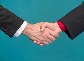 dos hombres de negocios dándose la mano foto
