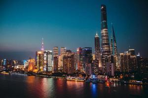 Vista panorámica del paisaje de la ciudad de Shangai en la noche. aéreo foto