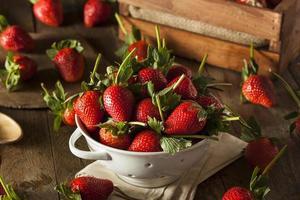 fresas crudas orgánicas de tallo largo foto