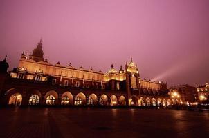 plaza del mercado en cracovia en la noche foto