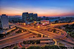 viaduto de beijing china após o pôr do sol à noite