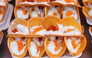 tarta crujiente de estilo tailandés, khanom beaung thai foto