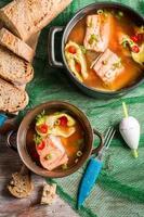 sopa de pescado con eneldo y guindilla