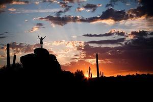 belo nascer do sol no deserto