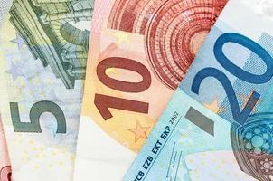 notas de dinheiro de cinco, dez e vinte euros