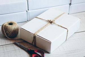 pacote em cima da mesa
