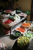 mercado de verduras y hierbas exóticas foto