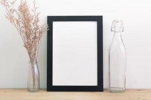 marco negro en blanco en la pared y el piso