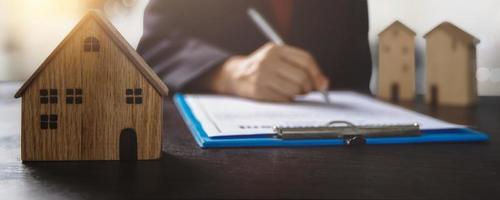 Hausbesitzer unterzeichnet Hypothekenvertrag