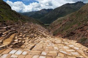 Minas de sal de maras cerca del pueblo de maras, valle sagrado, perú foto