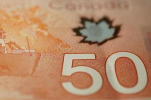 Gros plan du nouveau billet de cinquante dollars canadiens en polymère