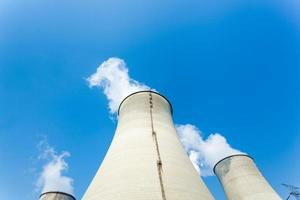 torre de enfriamiento en planta de energía foto