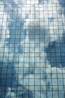 modern gebouw met glazen gevel