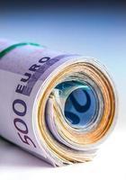 notas de euro enroladas vários milhares.