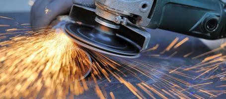 ouvrier, couper, métal, à, broyeur