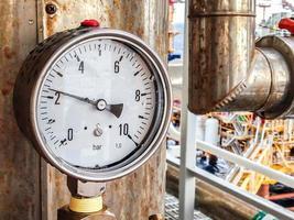 Manómetro en el campo de la planta petrolera. foto